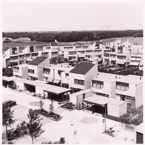 036609 - Panorama van Tilburg vanaf de flat aan de Puccinistraat. Zicht op het Puccinihof, de huizen werden vanaf 1978 bewoond.