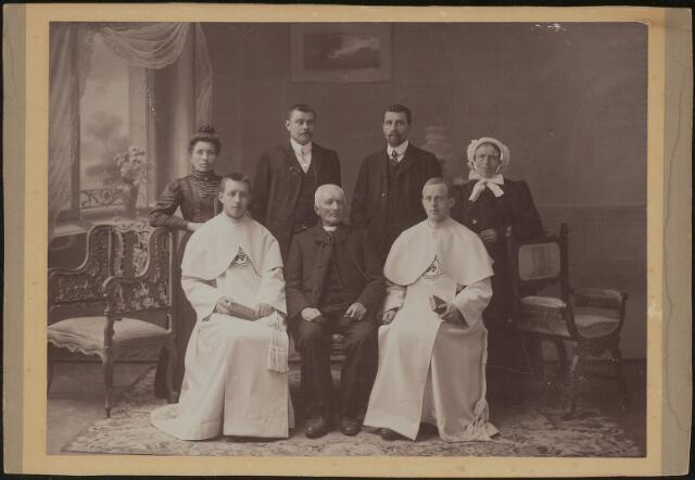 603695 - Zittend in het midden oud-zouaaf Johannes B.H. de Cocq (Tilburg 1840- Hilvarenbeek 1909), links van hem zijn zoon Antonius de Cocq, of pater Silvester (Tilburg 1887-Hilvarenbeek 1944). Op de achterste rij staan van links naar rechts Cornelia W. De Cocq-van de Kerkhoff (Tilburg 1877-1960), Lambertus P.A. de Cocq (Tilburg 1877-1949), onbekend en Adriana Paulina van de Kerkhoff-Reijnders.