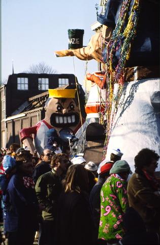 656407 - Carnavalsoptocht in Tilburg in 1982. Carnavalswagen met popeye.