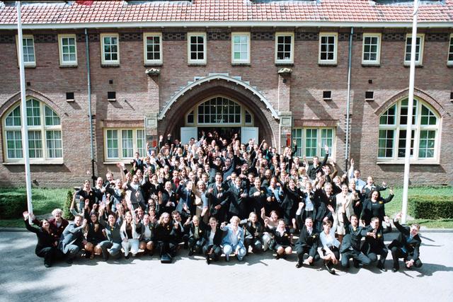 1237_003_295_003 - School. De Rooie Pannen. Groepsfoto diploma uitreiking afdeling horeca 2003