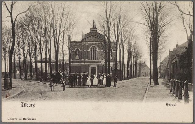 010480 - Korvel in zuidelijke richting. Op het plein de voormalige parochiekerk en muziekkiosk.