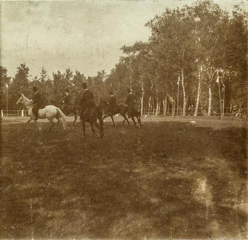 653586 - Paardensport. Ruiters te paard. (Origineel is een stereofoto.)