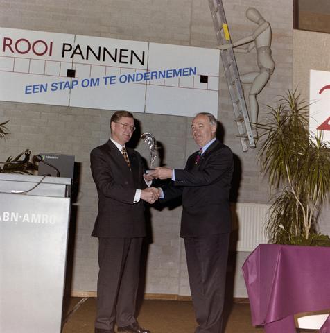 1237_001_048_010 - Een toespraak tijdens de viering van het vijfentwintigjarige bestaan van de Ondernemers Federatie Tilburg in april 1997 op de Rooi Pannen. Drs. Ter Huurne onderscheiden met de Zilveren Pluim.