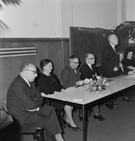 1237_004_002_004 - Hoger Onderwijs. Feestelijkheden rondom Professor Mr. Bronckhorst op de Katholieke Hogeschool in december 1964. Mogelijk in verband met een eredoctoraat in de rechtsgeleerdheid. De foto is genomen in het Jos Bedaux gebouw, het oudste gebouw van het huidige Tilburg University.