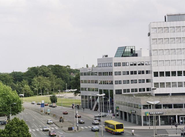 TLB023000422_001 - Kantoren ABN-AMRO, GUO en BVG op de hoek van de Spoorlaan en de Heuvelring, met op de achtergrond het Tivoliterrein.