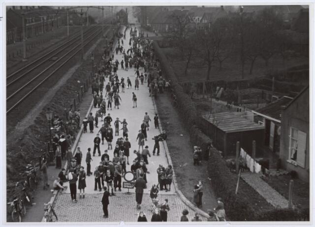 014168 - Afgesloten gedeelte van de Alleenhouderstraat t.b.v. rolschaatsende kinderen. Op de achtergrond rechts de Bokhamerstraat. Foto genomen vanaf het viaduct aan de Reitse Hoevenstraat