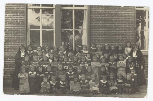 051370 - Basisonderwijs.  Klassenfoto r.k. lagere school. Meisjesschool Heikant. De zusters behoren bij de congregatie zusters van liefde van O.L.Vrouw Moeder van Barmhartigheid.