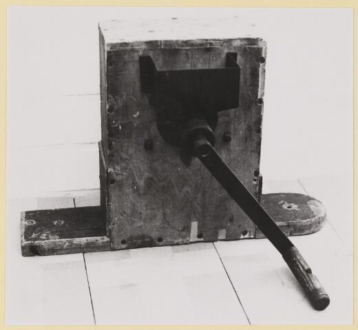 077407 - Tweede wereldoorlog 1940-1945 Een oude handmolen, die in de oorlogsjaren werd gebruikt om zelf rogge te malen om brood te kunnen bakken.