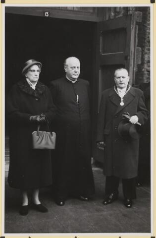 072857 - Afscheid burgemeester J.H. Bardoel.  Poseren na de plechtige mis in de kerk St. Jan's Onthoofding. Pastoor H. v.d. Boogaard met het echtpaar Bardoel-Schreppers.
