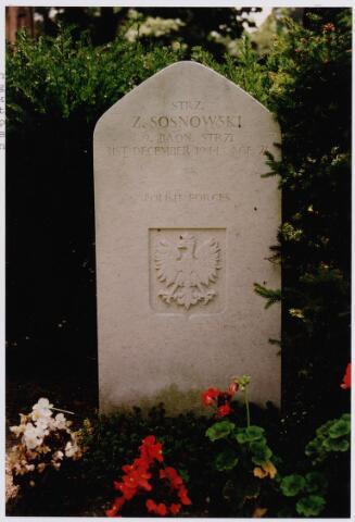 045739 - Tweede Wereldoorlog.In graf C.3.7 op de begraafplaats van de parochie St. Jan ligt Zigmunt Sosnowski, Strz., 21 jaar oud, gesneuveld op 31 december 1944, 1. Poolse Pantser Divisie, 9. Bataljon Infanterie. Op het graf de Poolse adelaar.