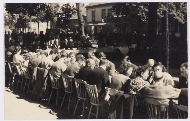 101802 - Tussen Tilburg en Wolverhampton ontstond kort na de tweede wereldoorlog een speciale stedenband, die alles te maken had met de Prinses Irene Brigade, welke in Wolverhampton gelegerd was alvorens het Kanaal over te steken om mee te doen aan de bevrijding van ondermeer Tilburg. Van 4 tot 11  mei 1946 kwam een heel gezelschap uit de regio Wolverhampton naar Tilburg voor een uitgebreide sportieve en culturele uitwisseling. Tijdens dit bezoek bezochten ze ook Oirschot met een Brabantse koffietafel.
