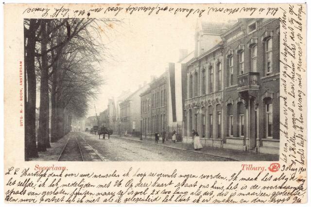 002138 - Spoorlaan richting Heuvel. De schrijfster van deze kaart noemt de Spoorlaan 'de voornaamste straat van gesloten (aaneengesloten?) huizen.