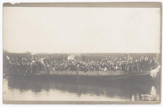 039814 - Drukbevolkte boot op het Wilhelminakanaal