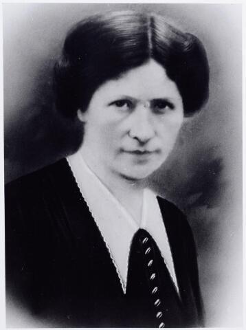 046151 - Jeanette Adriana Verschuren, geboren te Princenhage op 19 november 1881, dochter van Hendrikus Verschuren en Maria Adriana Lomans. Zij overleed te Tilburg op 16 december 1924 en werd begraven te Goirle. Zij trouwde met Petrus W.A. Snels.