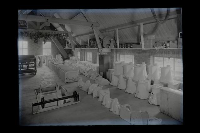 654578 - Industrie. Magazijn firma Bosmans. sanitair. Voorraad wc-potten, wastafels en urinoirs. porcelein