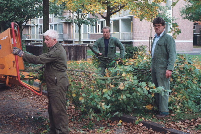 1237_010_753_005 - Tuinmannen van de gemeente aan het werk bij de Westermarkt.