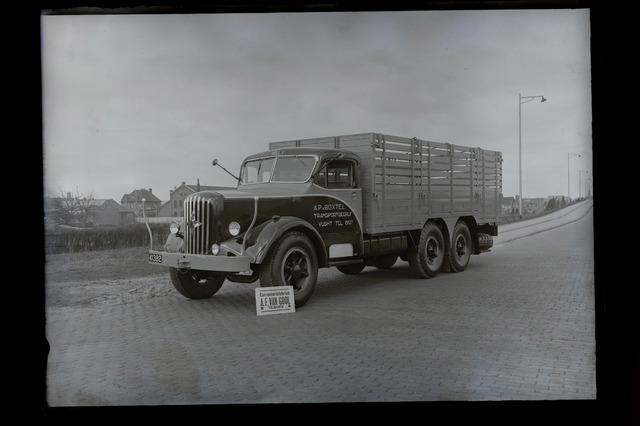 654847 - Vrachtwagen van de transportbedrijf A. van Boxtel.Op de achtergrond de voormalige ijzergieterij.