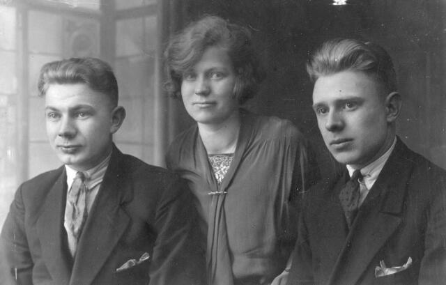 066317 - De drie oudste kinderen van Willem Haans en Marie van Spaandonk. Van links naar rechts Adrianus Augustinus Alphonsus (Jos) Haans, geboren te Tilburg op 5 februari 1908 (getrouwd met Sjaan Bouwens uit Haarlem). Anna Maria (Anna) Haans, geboren te Tilburg op 8 november 1909 (getrouwd met Harrie Smolders) en Jacobus Johannes Josephus (Koos) Haans, geboren te Tilburg op 14 augustus 1906 (getrouwd met Net Lapien uit Oisterwijk en als weduwnaar hertrouwd met Joanna M.C. de Kock) Hij overleed te Tilburg op 31 juli 1972.
