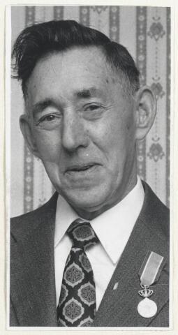 90581 - Made en Drimmelen. De heer Hendrik van der Velden uit Made ontving een Koninklijke Onderscheiding.