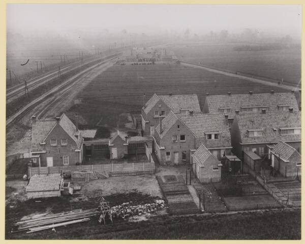 077253 - Woningen aan de Canisiusstraat en Nicolaas van Eschstraat vermoedelijk nog maar net opgeleverd gezien vanuit weste- lijkerichting.