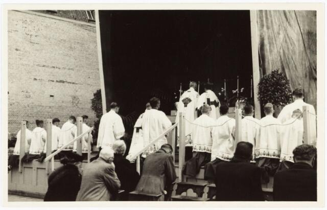 008977 - Openluchtmis op de Heuvel in 1947 t.g.v. de viering van de bevrijding.