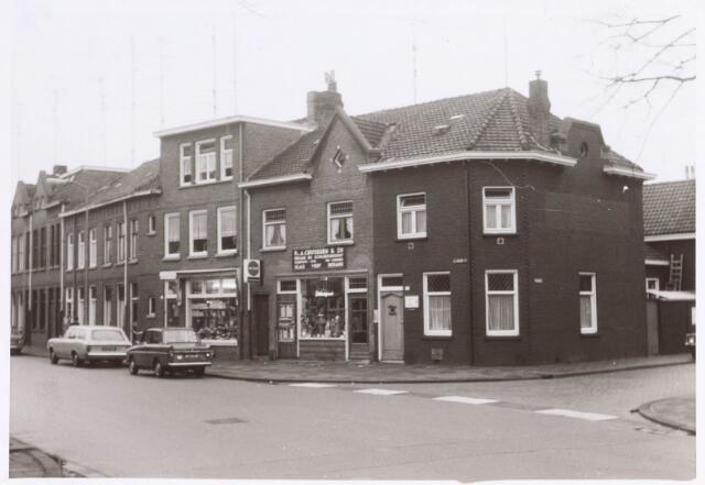 022379 - Hoefstraat, met in het midden de winkel van schildersbedrijf A. Cruijssen. Rechts de Paduastraat