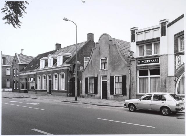 024635 - Westzijde van het Korvelplein, met in het midden het voormalige schooltje en rechts café-concertzaal L'Echo des Montagnes. Foto uit 1982