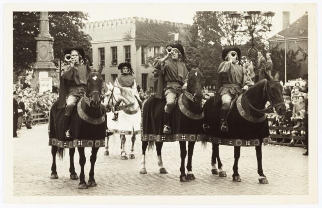 009156 - Heraut en drie bazuinblazers te paard in de eerste H. Hartstoet in 1955 voor het paleis Raadhuis.