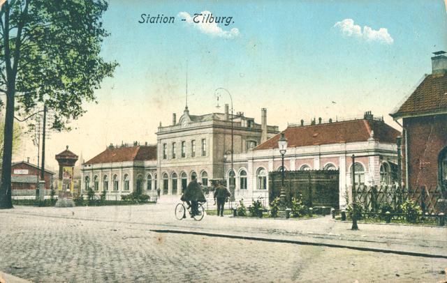 """653905 - Tilburg. Oude treinstation.  Ansichtkaart met het 'oude' Station in Tilburg, ontworpen en gebouwd in 1863.  In de jaren 20 werd het station uitgebreid met een glazen voorbouw, in de volksmond wel de """"buitenkooi"""" genoemd. In 1961 is het gebouw gesloopt om plaats te maken voor het nieuwe station.  De ansichtkaart werd verstuurd door Cuneke uit Tilburg aan de fam. Nagel in Amsterdam. Omdat het als drukwerk verstuurd werd kostte het versturen één cent."""