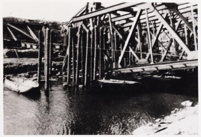 012705 - WO2 ; WOII ; Tweede Wereldoorlog. Herstel.  Wederopbouw van de vernielde spoorbrug over het Wilhelminakanaal, waarbij militairen en burgers eendrachtig samenwerkten