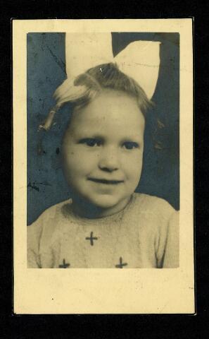 604530 - Bidprentje. Catharina Bernadetta C. de Groot; geboren op 1 december 1939 in Tilburg en overleden op 21 februari 1945 in Tilburg.  Op woensdag 21 februari 1945 hing er over de omgeving van het Wilhelmina-park een zware mist. Niemand zag daarom het vliegtuig (de vliegtuigen) dat op die dag even na half twaalf in de ochtend over het noordelijk deel van de stad vloog en 30 scherfbommen uitwierp. Het merendeel hiervan viel in straten en op open terreinen, een deel viel op woningen. Er vielen 14 Nederlandse slachtoffers waaronder tien kinderen. Zij waren op dat moment buiten aan het spelen op een speelveldje met Engelse militairen. Hoeveel Engelse militairen overleden is nooit bekend gemaakt.