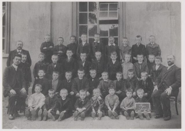 081631 - Schoolfoto Rijen met de onderwijzers: C.L.A. Meyers, hoodfonderwijzer benoemd op 29-7-1892. Geboren te Tilburg op 19-2-1854 en overleden te Gilze en Rijen op 10-11-1916; dhr. H.C. van Beckhoven geboren te Oisterwijk op 15-10-1865 en benoemd op 13-5-1885 en dhr. G.E. Verhelst benoemd op 22-1-1904.