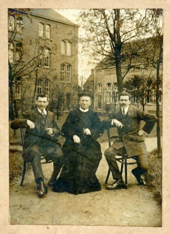 054909 - Tuin van het fratersklooster aan de Gasthuisstraat (nu Gasthuisring). Links Joannes Maria Damianus (Dam) Pijnenburg, geboren te Tilburg op 14 januari 1884 en aldaar overleden op 29 maart 1962.