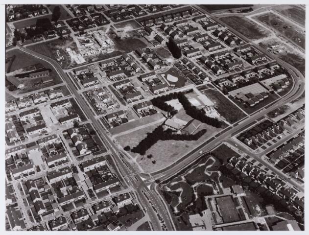 062692 - Horeca. Luchtfoto van boerderij Denissen aan de Generaal Eisenhowerweg 1, thans in gebruik als partycentrum; de boerderij is geheel van binnen verbouwd en  genoemd naar de oorspronkelijke eigenaar. Hier een overzicht van de rond boerderij Denissen gebouwde woningen