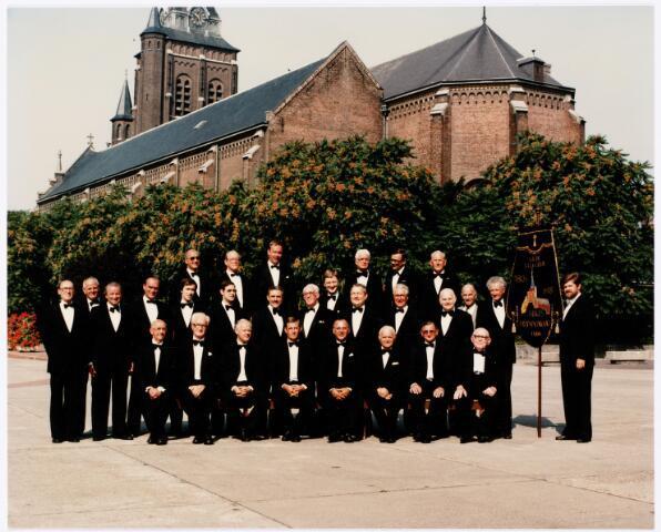 052379 - Muziekleven. Het Heikes mannenkoor bij het 175-jarig bestaan in 1978. Man met vaandel Paul van Hoek. Tweede van rechts op de onderste rij dirigent Guus Knaapen.