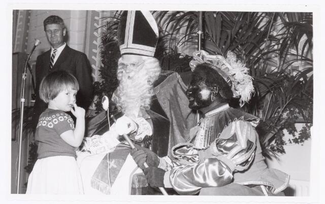 038832 - Volt. Zuid. Sport en ontspanning. Sint Nicolaasfeest in ca. 1960. Achter microfoon Dhr. Vermeulen personeelschef, Ab Haarlem als Sint en Jos Spijkers als Piet. Sinterklaas.