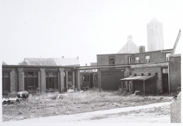 015290 - Chroomlederfabriek De Hinde aan de Bisschop Zwijsenstraat. Op de achtergrond de kerk van de parochie Broekhoven I