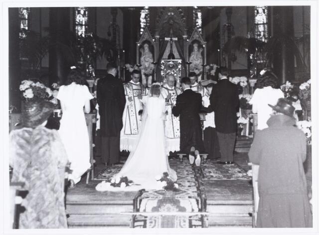 007271 - Alb.F.W.M. Kneepkens (apotheker) en Riet H.C. de Pont. Huwelijksinzegening op 2 mei 1942 te 10.00 in de kerk van het Heilig Hart Noordhoek Tilburg.