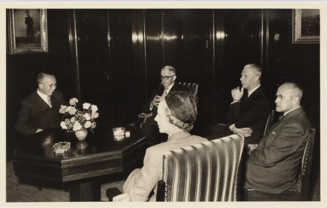 101837 - Bezoek ambassadeur van Australie aan Tilburg. De heer A.T. Stirling, ambassadeur van Australie in Nederland bracht een bezoek aan Tilburg; v.l.n.r. Drs L.J.G. de Mast, gemeente-secretaris, A.T. Stirling. zuster van de ambassadeur, H.F. van Dullemen, wethouder en F.J.J. Hoogers wethouder