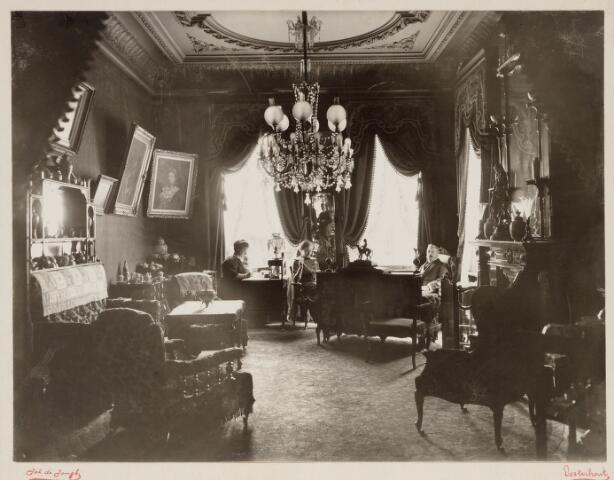 065417 - Villa Mathilda. Interieur.  De familie Verschure in de salon.