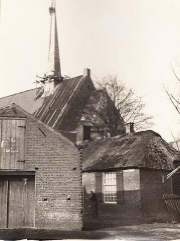 652677 - Parochie Groeseind; kerk in aanbouw; op de voorgrond de boerderij