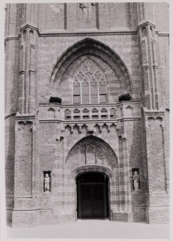 084428 - Toren en ingang St. Petruskerk aan de Vrijthof. In de nissen de beelden van St. Petrus en de H. Adrianus van Hilvarenbeek, een van de martelaren van Gorkum.