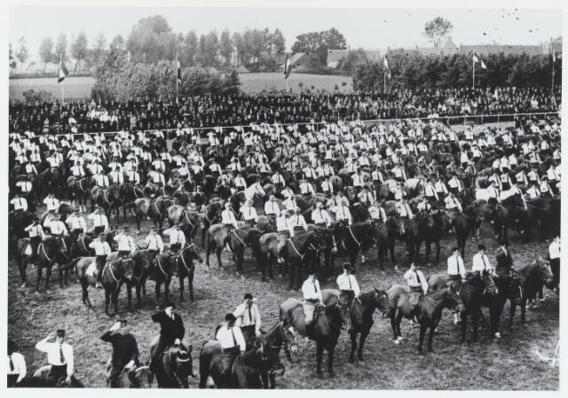 055752 - Sport. Ter gelegenheid van de viering van het tweede lustrum van de bond van landelijke rijverenigingen van de NCB werd te Hilvarenbeek in juli 1938 een groot ruiterfeest georganiseerd. Rechts op de achtergrond de Wouwerstraat.