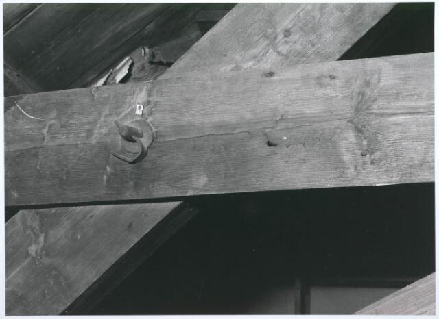 027740 - Oude Markt 8. Apotheek Bijvoet. Detail koppelanker spant in voorbouw. Detailopname