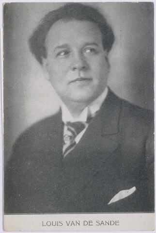 """044624 - Petrus Aloysius (Louis) van der Sande werd geboren te Tilburg op 15 april 1887 als zoon van huisschilder Jan Baptist van der Sande en Anna Maria C. de Rooij. Louis kreeg zijn eerste muziekonderwijs van muziekmeester Henri van Groenendael, Hubert Verschuuren en de muziekpedagoog frater M. Raphaël. In 1898 kreeg hij les van pianist, organist, dirigent, componist en pianohandelaar Gérard Schellekens, die als organist en dirigent verbonden was aan de kerk van het H. Hart (Noordhoek) in Tilburg. Louis zong daar in het kinderkoor. Na het breken van zijn stem kwam hij in contact met Willem I. Reijniers, de eerste directeur van het mannenkoor St. Caecilia, die zijn zangtalent ontdekte. Hij werd lid van dit koor als veelbelovende """"bas profundo."""" Op deze en andere foto's wordt hij Louis van de Sande genoemd. Officiëel was zijn naam Van der Sande."""