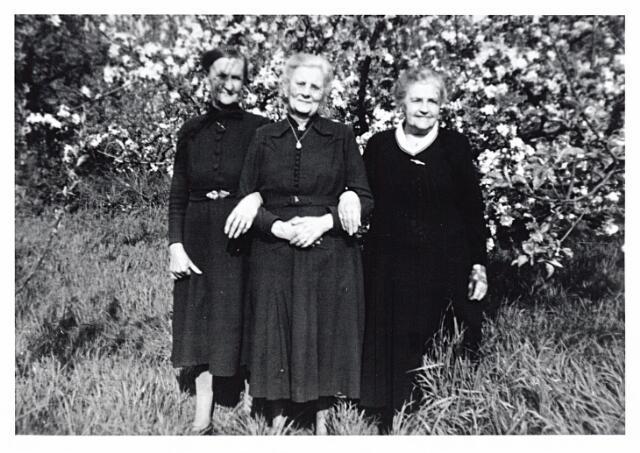 012297 - Tweede Wereldoorlog. Evacuatie. Van links naar rechts mevrouw Wilting - Van Haalderen uit Bemmel, die in 1944 als evacué was ingekwartierd bij de familie Van Beurden in de Nazarethstraat, in het midden mevrouw Joanna P. J. van Beurden - Van de Biggelaar en mevrouw De Brouwer - Eurlinks