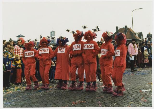068338 - Carnaval. Een kleine groep uit de carnavalsoptocht van 1980 bij de start aan de Koningshoeve.