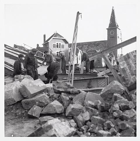 012187 - WO2 ; WOII ; Tweede Wereldoorlog. Vernielingen. Soldaten bezig met het ruimen van puin van de opgeblazen spoorbrug over de Ringbaan-Oost