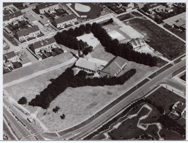 062694 - Horeca. Luchtfoto van boerderij Denissen aan de Generaal Eisenhowerweg 1, thans in gebruik als party centrum; de boerderij is geheel van binnen verbouwd en  genoemd naar de oorspronkelijke eigenaar.