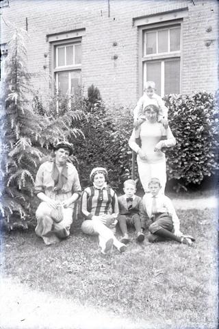651580 - Portret van mensen in de achtertuin. De Bont. 1914-1945.